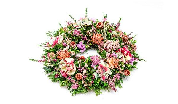 una ghirlanda  di fiori rosa bianchi e rossi
