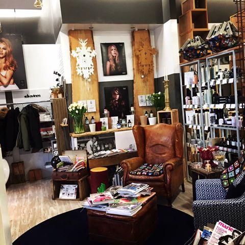 Angolo del negozio, poltrona, prodotti di bellezza