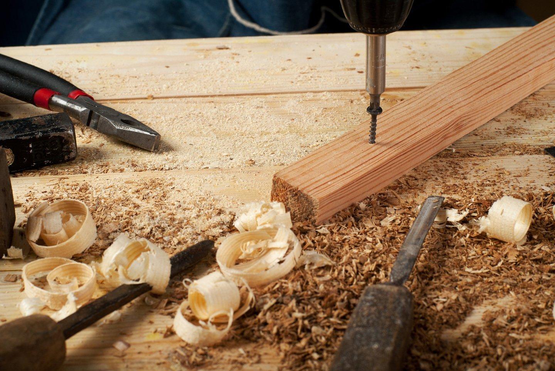 strumenti di carpenteria con trucioli di legno