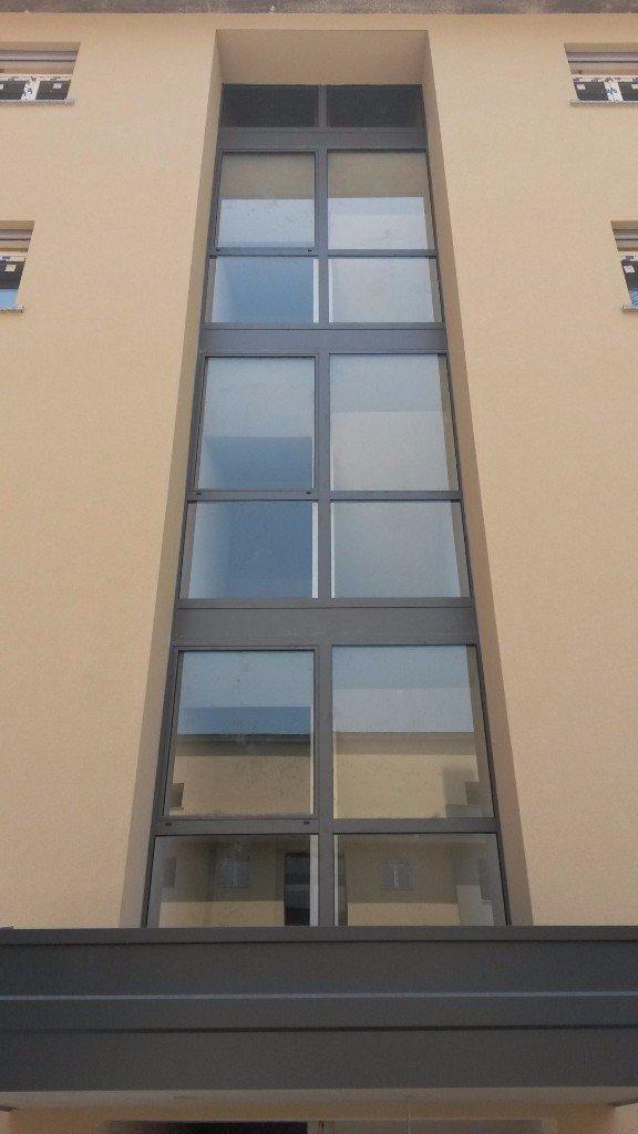 Finestre in pvc in alluminio in legno in legno for Vendita finestre pvc