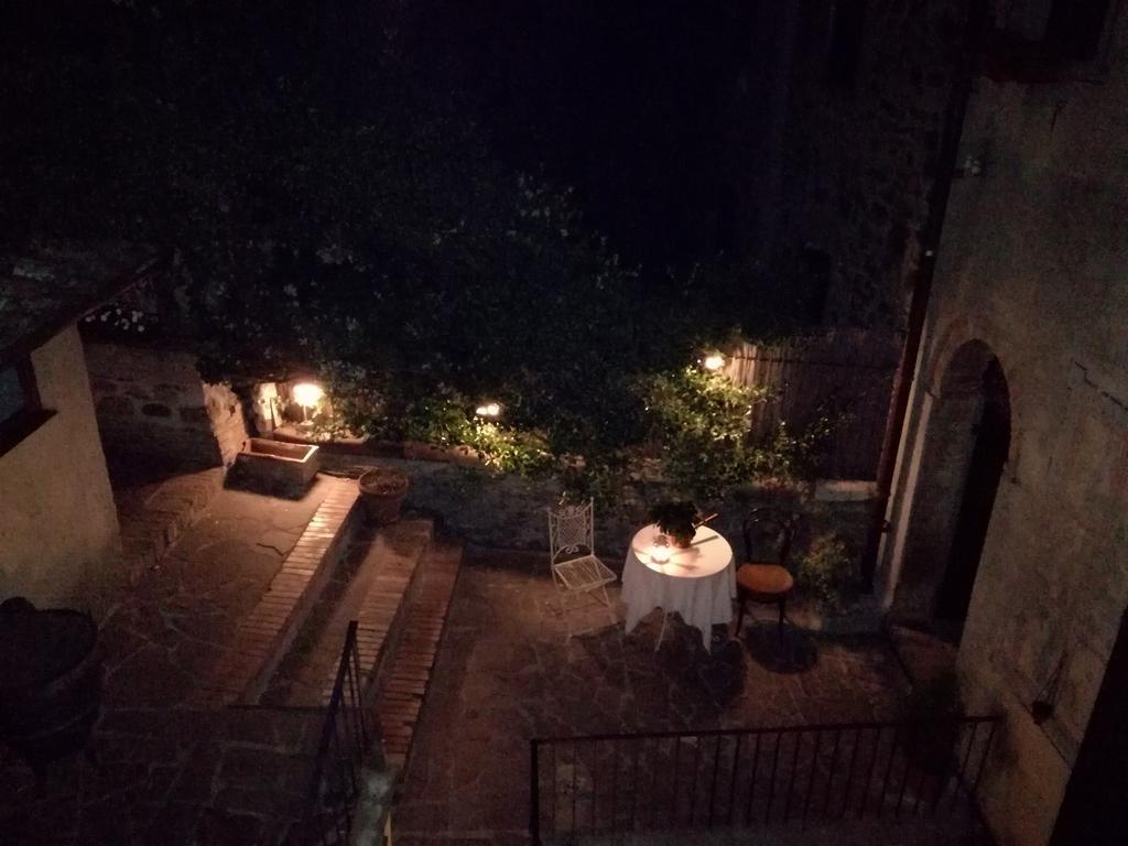 tavolini all'aperto di sera