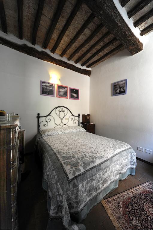camera da letto con soffitto in legno