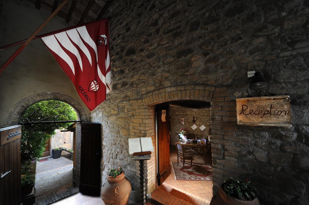 ingresso con mura in pietra