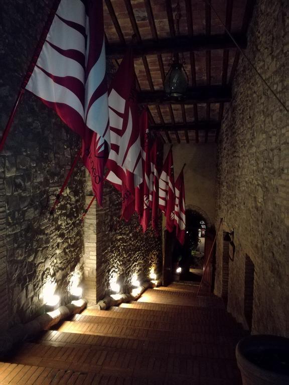 corridoio con bandiere