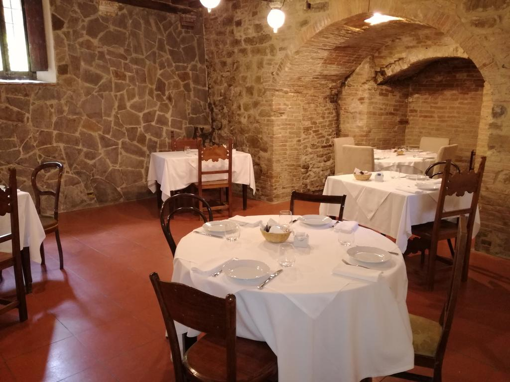 tavoli nella sala da pranzo