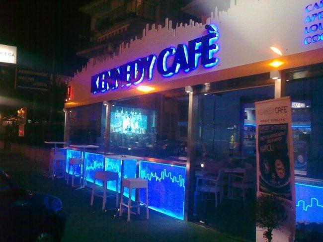 vista ingresso bar di notte