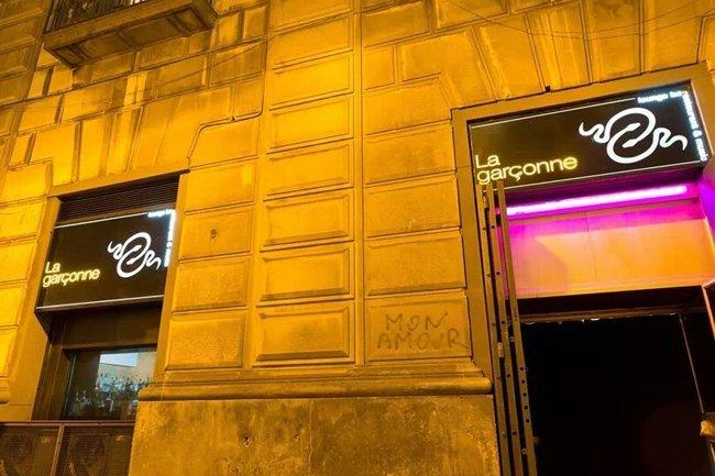 Vista frontale di un negozio con l'insegna al neon