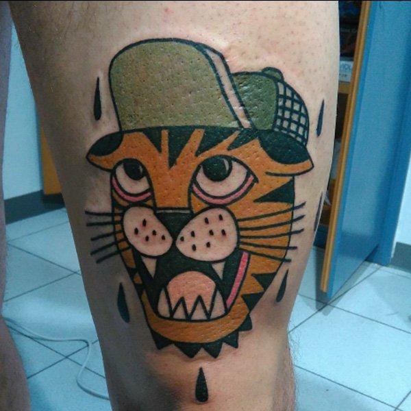 tatuaggio di una tigre con berretto
