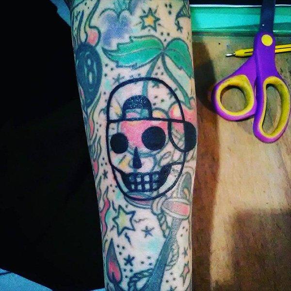 tatuaggio di un teschio con cappello