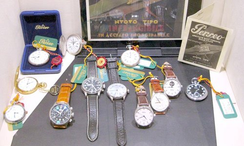 una serie di orologi da polso e alcuno da taschino