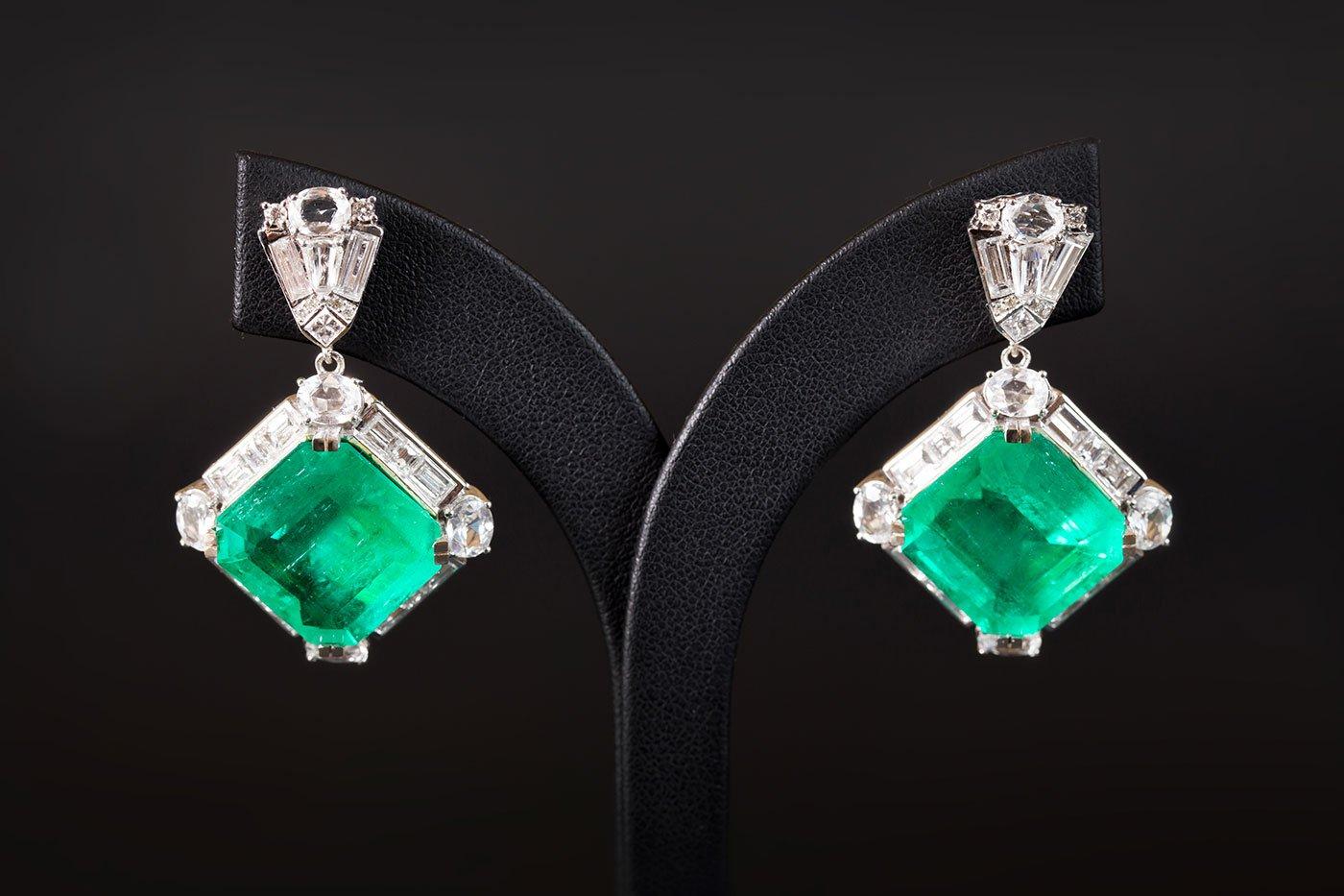 Due orecchini in cristallo con prezioso verde smeraldo