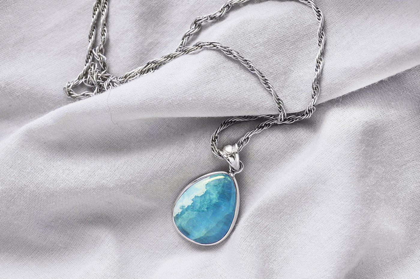 Una collana con pendente blu mare