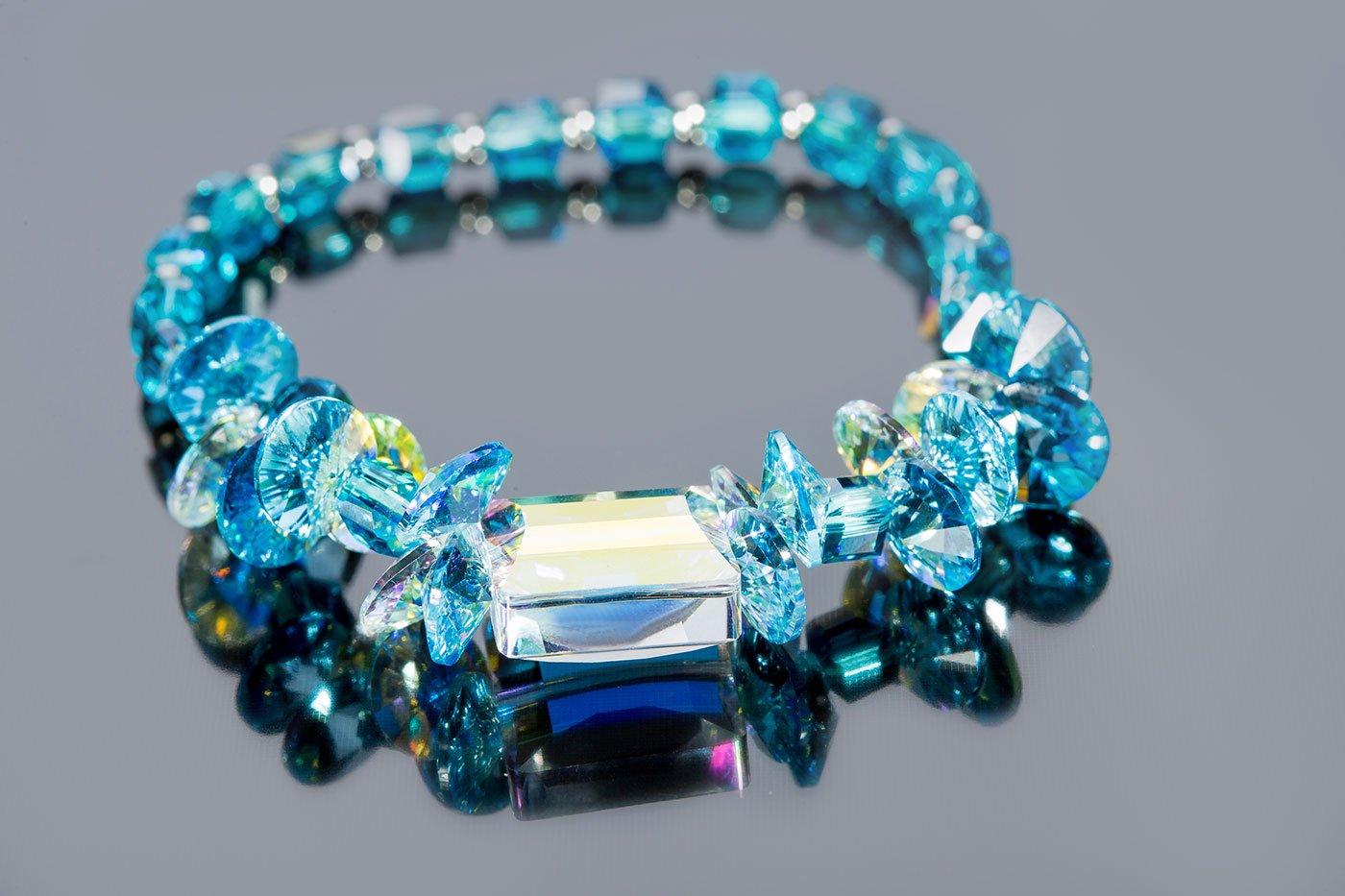 Un bracciale con pietre preziose azzurre