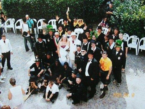 Matrimonio tra spazzacamini i due in centro  - in bianco sono gli sposi entrambi spazzacamini, attorno ci sono le delegazione di tantissimi paesi del mondo