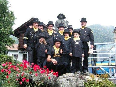 gruppo sotto alla statua (simbolo mondiale dello spazzacamino)