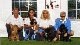 Personale del centro cinofilo in posa con i cani