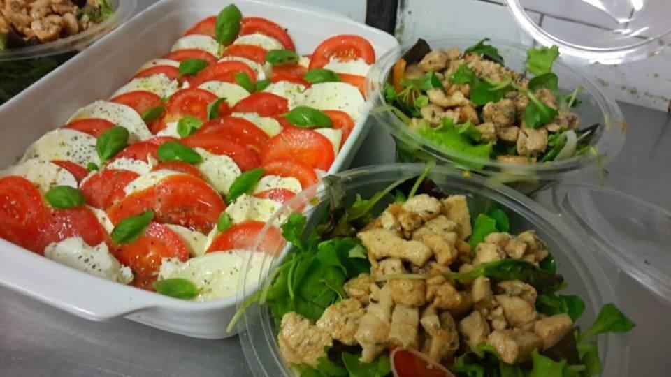Insalate con mozzarella di bufala e pomodori o lattuga pomodorini fagiolane e pollo