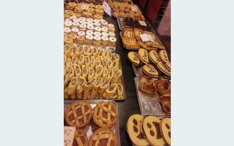 Esposizione di dolci secchi e freschi