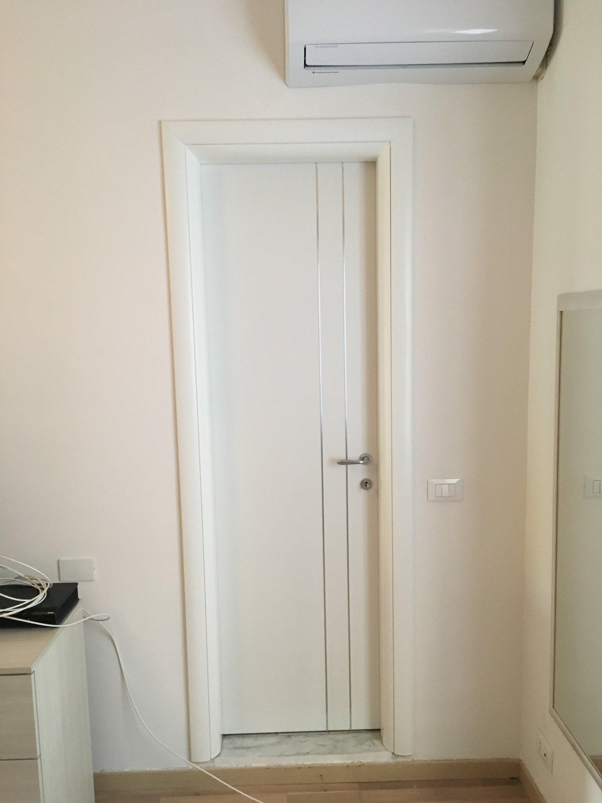 porta bianca con linee verticali