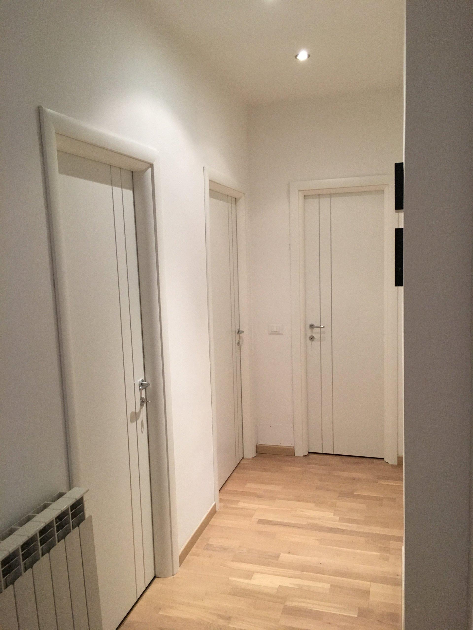 corridoio con porte bianche