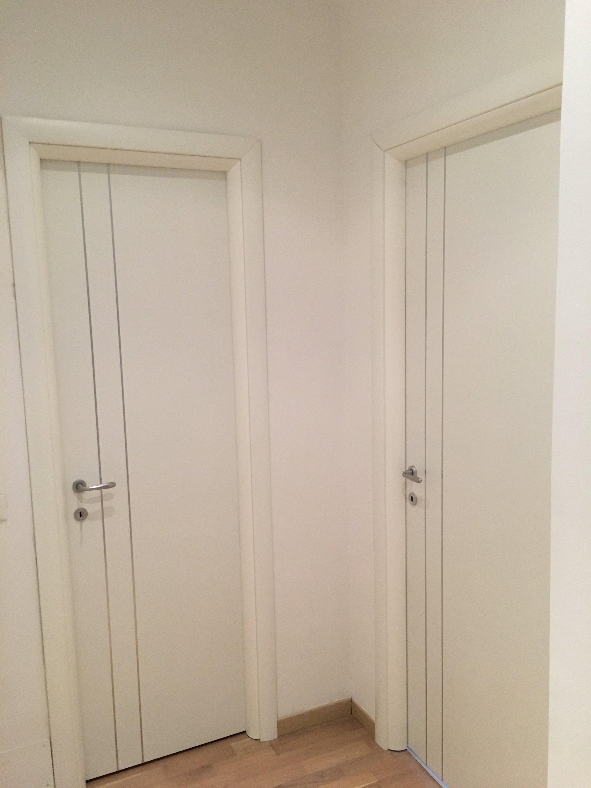 due porte bianche con linee verticali