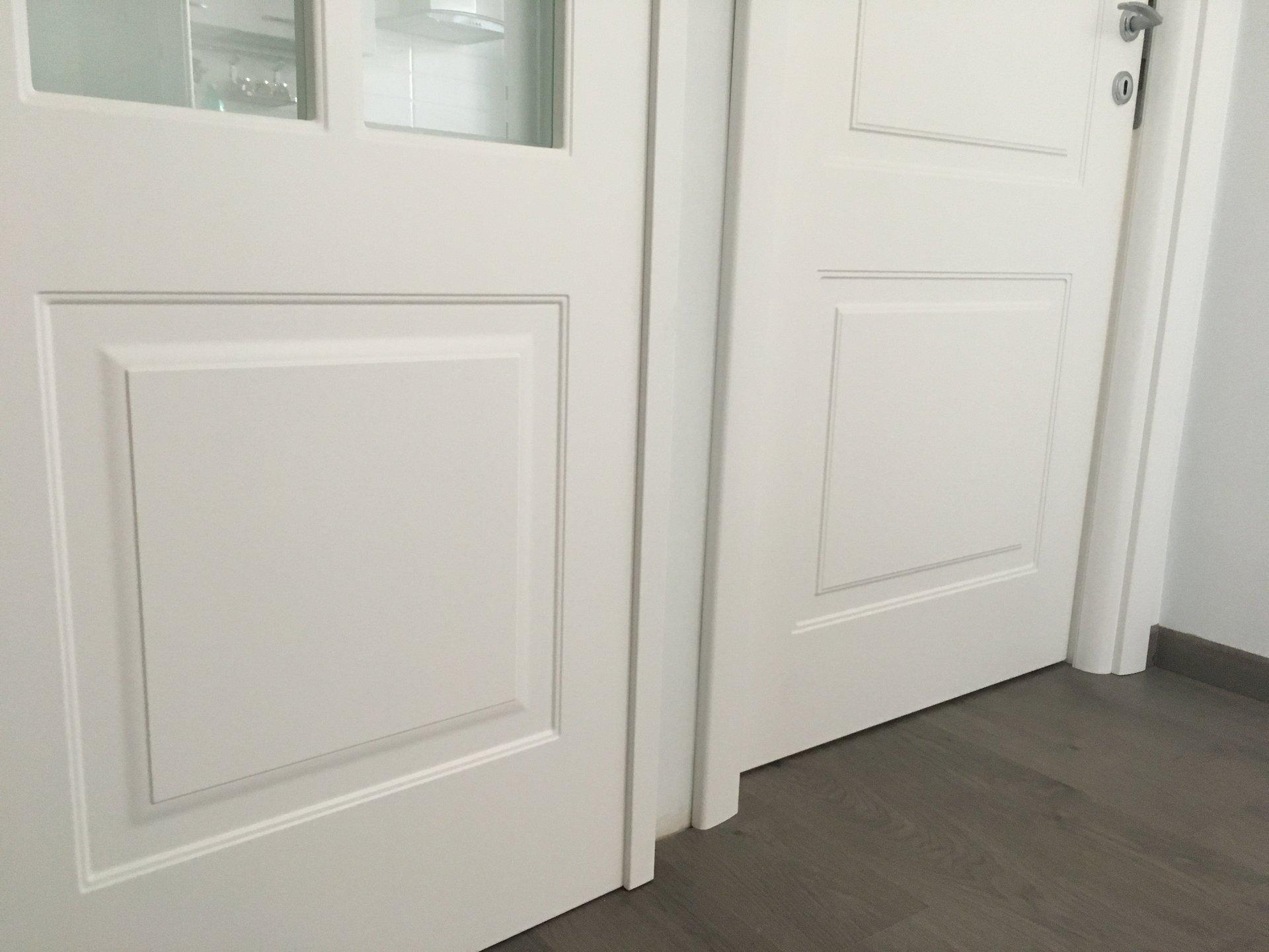due porte bianche e una con vetro