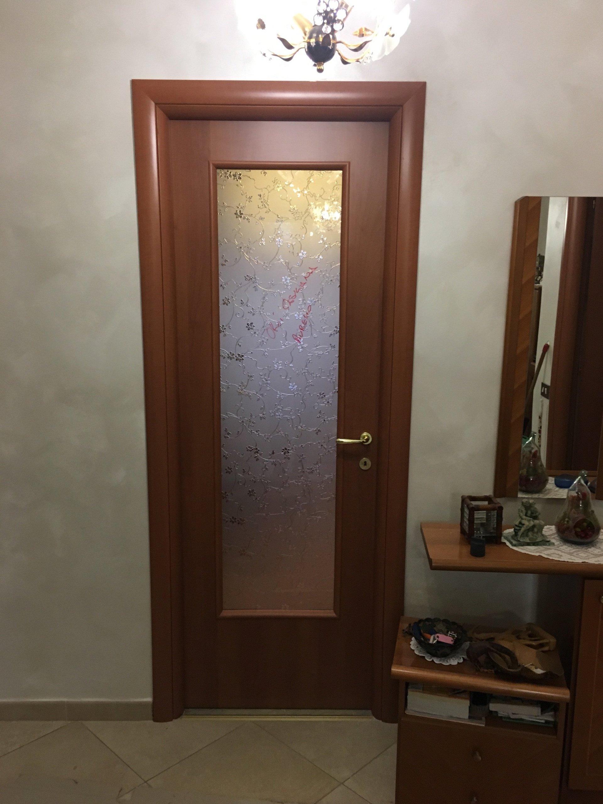 porta con insterno in vetro lavorato