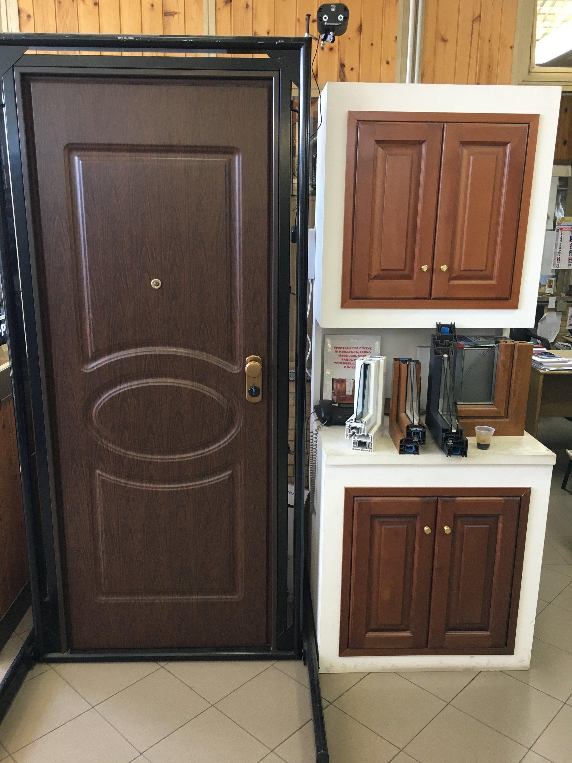 porta in legno e armadietti in legno bianco e marrone