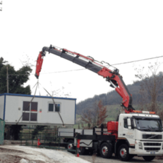 Camion con gru per sollevamento pesi