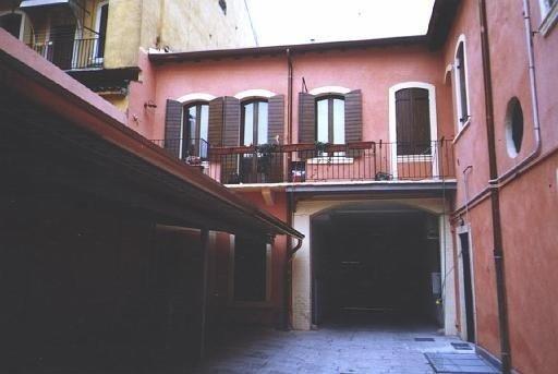 dei disegni di due appartamenti con due camere e un bagno