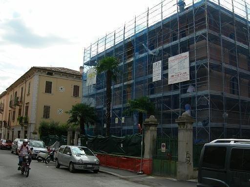 un disegno di un appartamento con un balcone