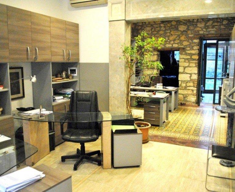 un disegno di un appartamento con una camera sulla destra e una cameretta sulla sinistra
