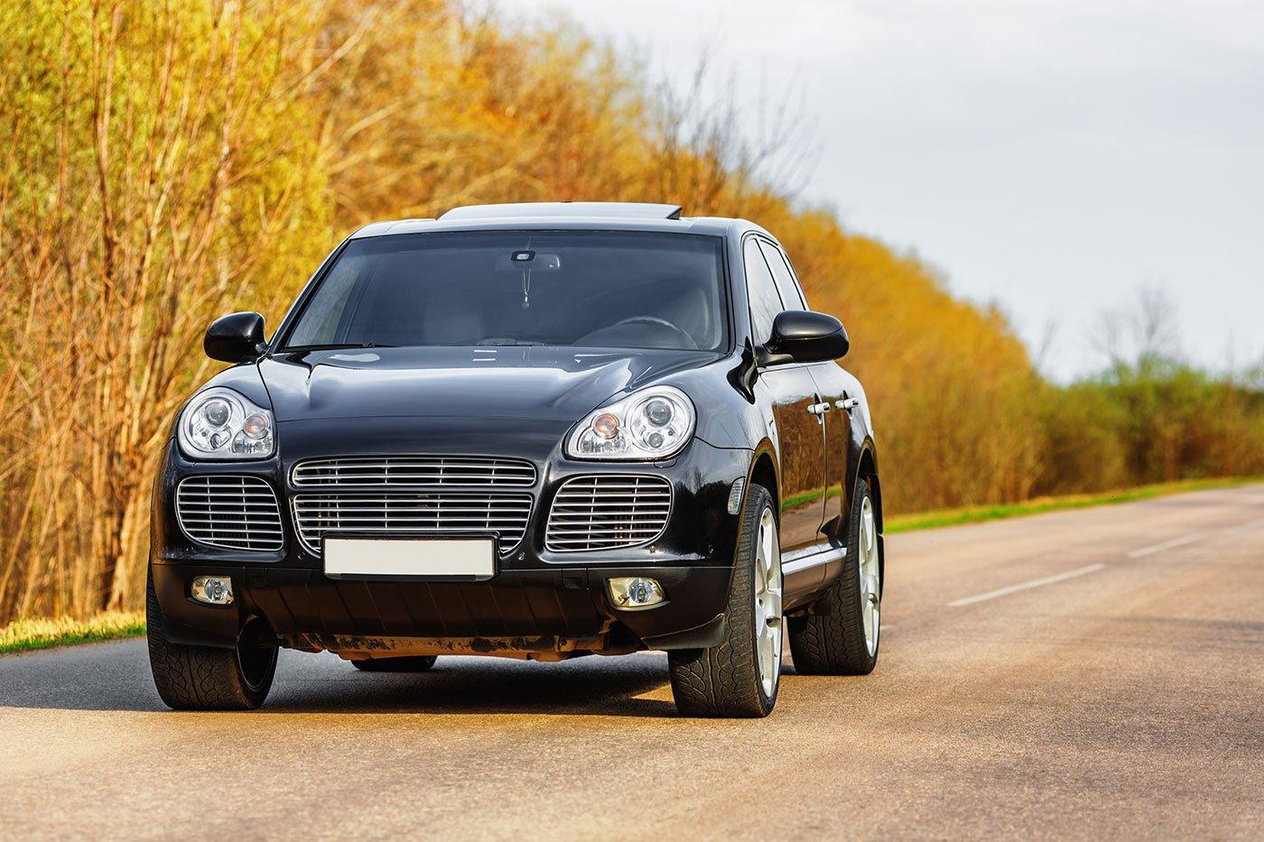 auto di lusso nero in strada