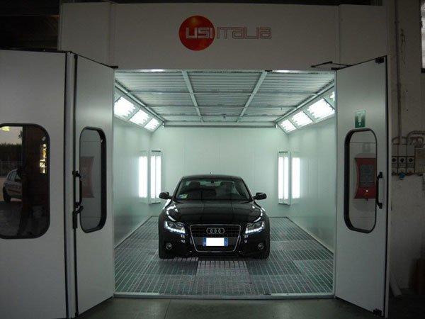 un'Audi nera all'interno della carrozzeria
