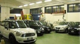 delle macchine parcheggiate in carrozzeria