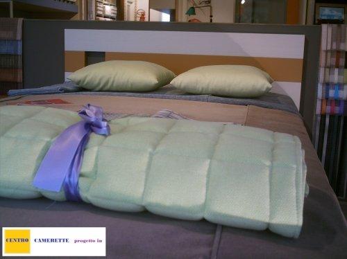 un letto a pizza mezza con la testata di color viola e marrone
