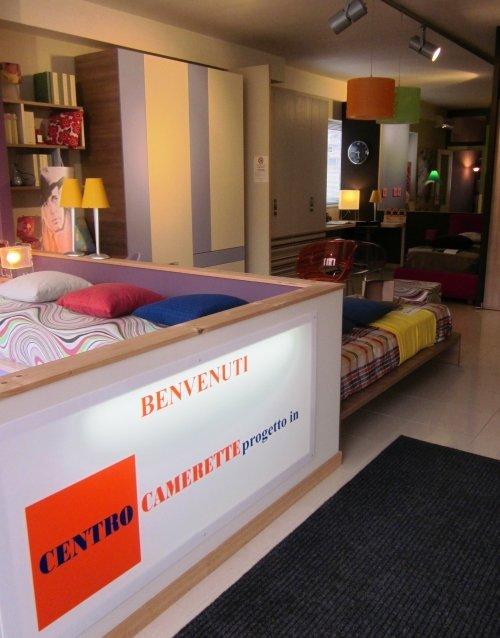 dei mobili per le camerette in uno showroom
