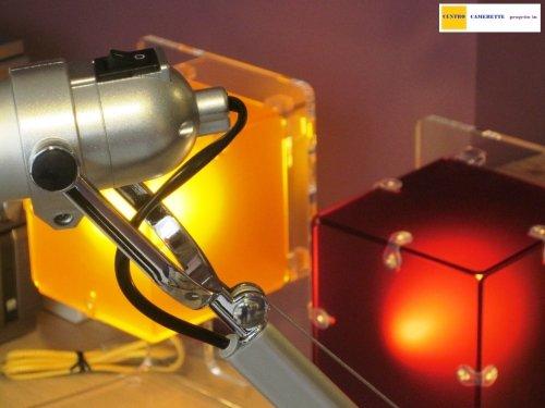 delle lampade di color giallo e rosso a forma di un cubo