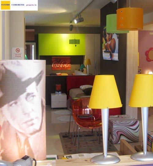 delle lampade da tavolo di color giallo e delle lampade a sospensione di color verde e arancione