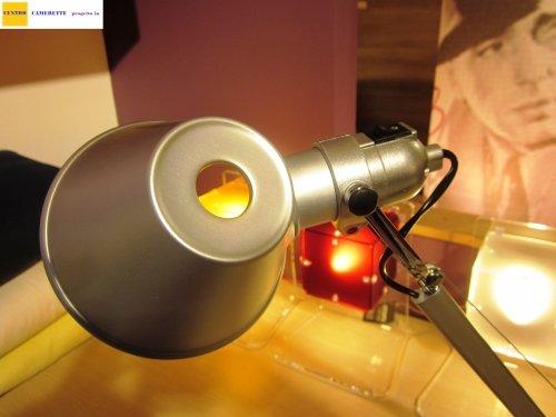 una lampada da scrivania di color grigio