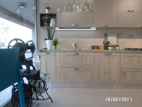 una cucina a blocco in legno chiaro