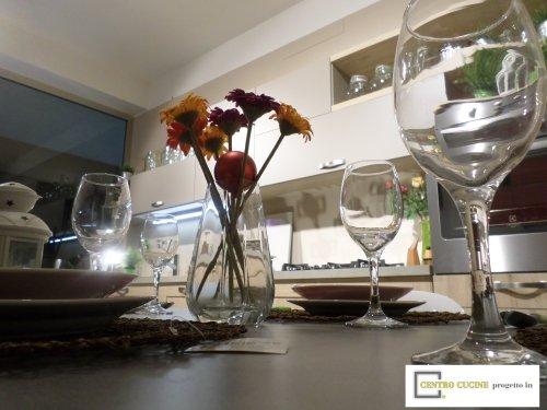 un tavolo in legno con dei bicchieri e piatti