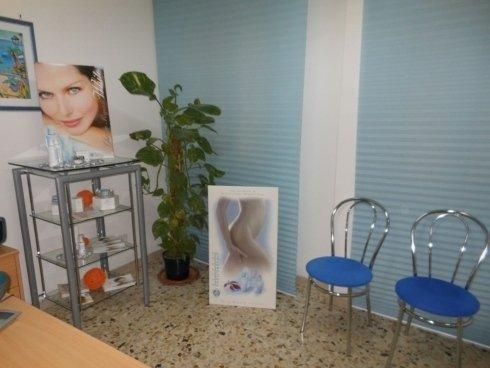 sala di aspetto con due sedie e prodotti esposti ad Acireale