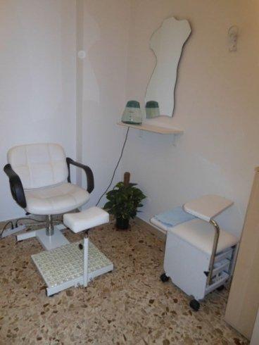 sedia bianca presso centro estetico Topazia Estetica ad Acireale