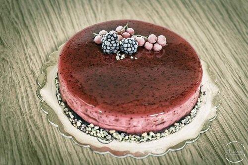 una cheesecake con sopra delle more