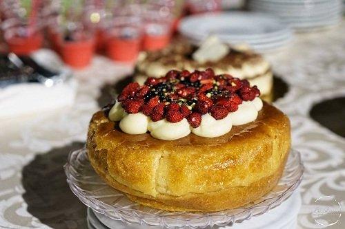 una torta con sopra dei frutti di bosco