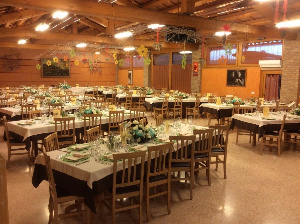 Vista panoramica del ristorante pronto per l'evento