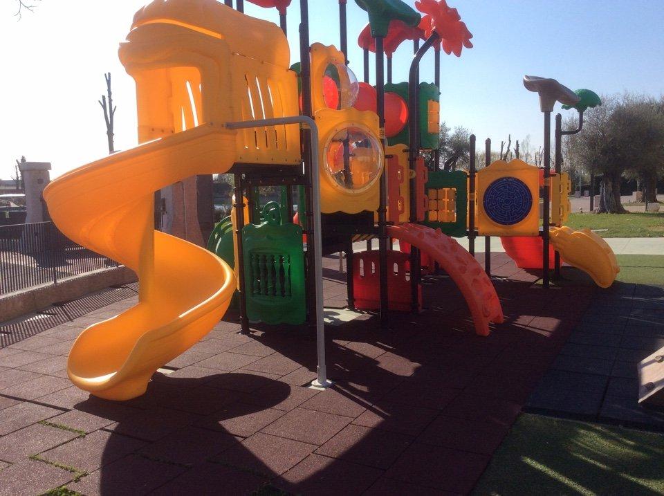 primo piano dell'area giochi per bambini dotata di scivoli, gonfiabili e attrazioni varie, nel parco esterno
