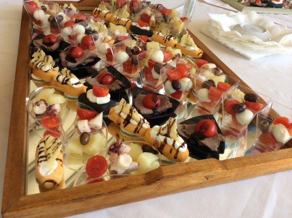 Tartine con frutti di mare,formaggio fresco con asparagi, insalata di pomodoro e mozarella....