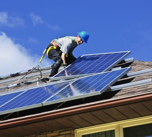 Operaio monta pannelli solari